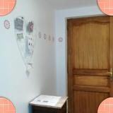 Petit coin kitchenette avec la porte d'entrée
